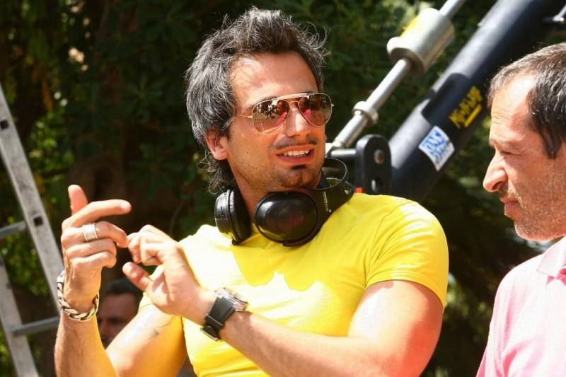 Il regista Dario Acocella sul set del suo film Si può fare l'amore vestiti?