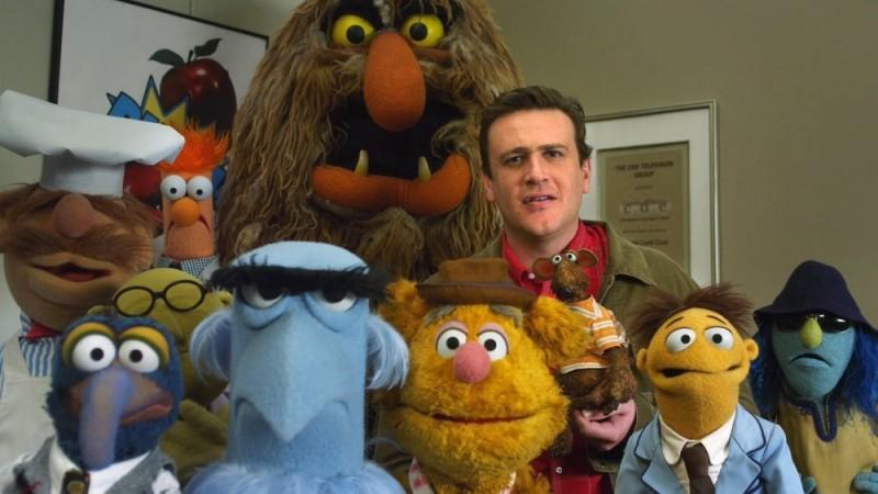Jason Segel insieme ai suoi amici pupazzi in The Muppet