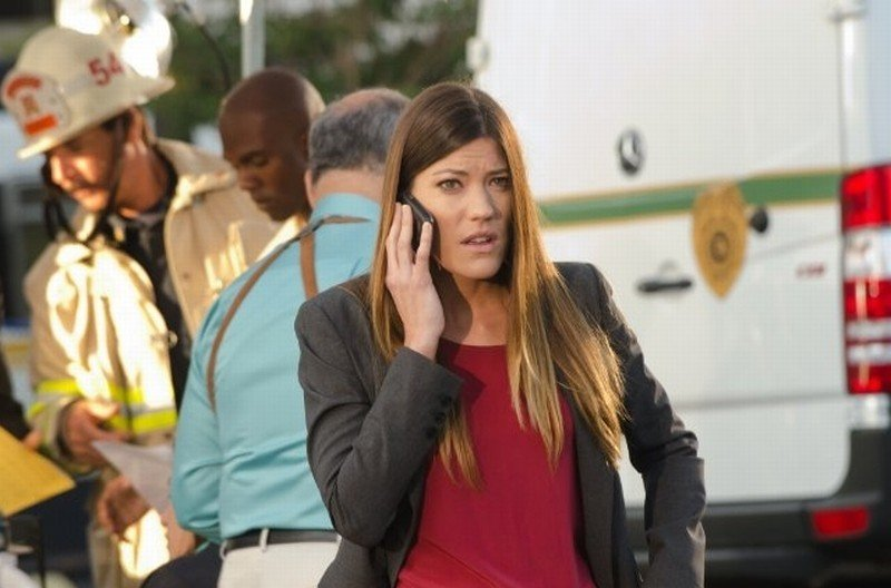 Jennifer Carpenter parla al telefono in una scena dell'episodio This is the Way the World Ends