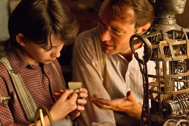 Jude Law con Asa Butterfield in una scena di Hugo Cabret 3D