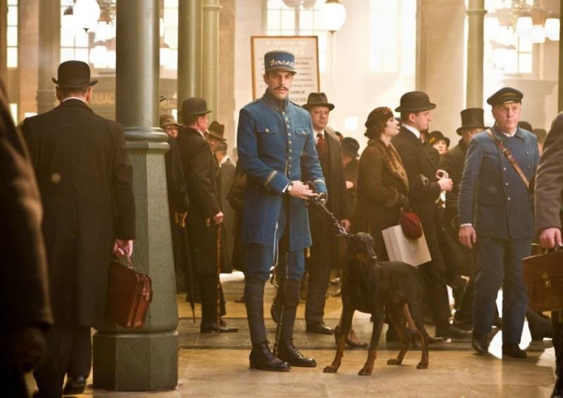La guardia Sacha Baron Cohen in una scena di Hugo Cabret 3D con il suo fedele dobermann