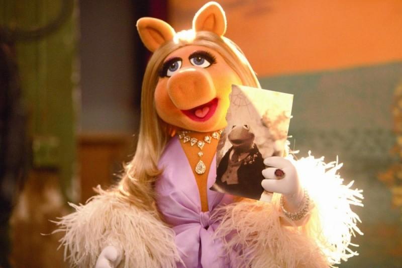Miss Piggy con una foto del suo amato Kermit in una scena tratta dal film I Muppet