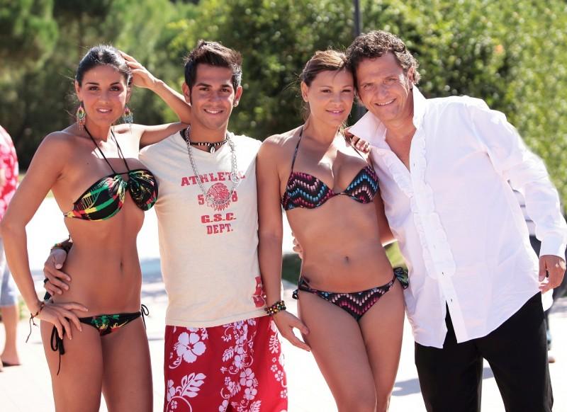 Operazione vacanze: Enzo Salvi insieme alla protagonista Valentina Riccio, Barbara Ovieni e Tony Aglianò in una foto promozionale del film