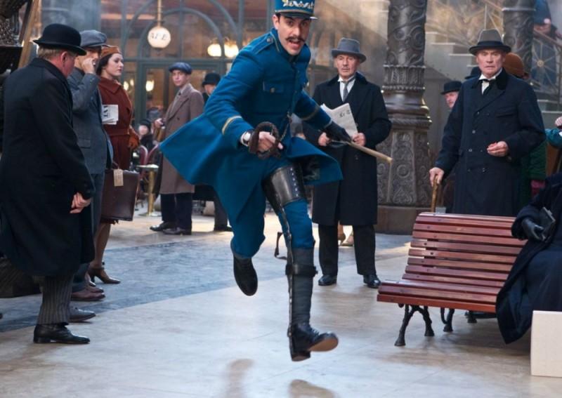 Sacha Baron Cohen in una scena d'azione di Hugo Cabret 3D