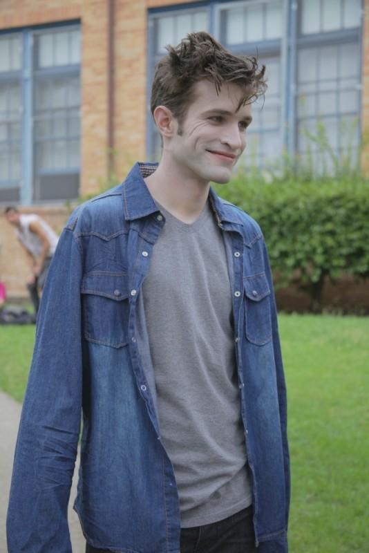 Eric Callero è Edward in una scena di Succhiami, la parodia di Twilight
