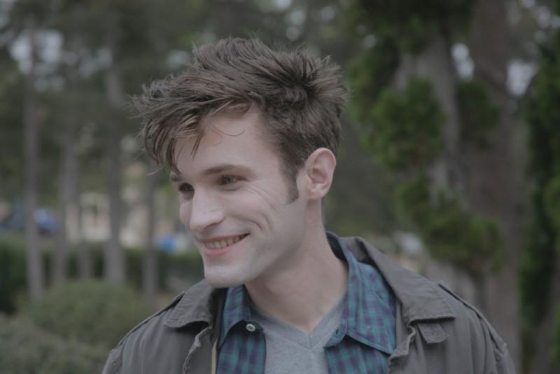 Eric Callero sorride in una scena del film Succhiami