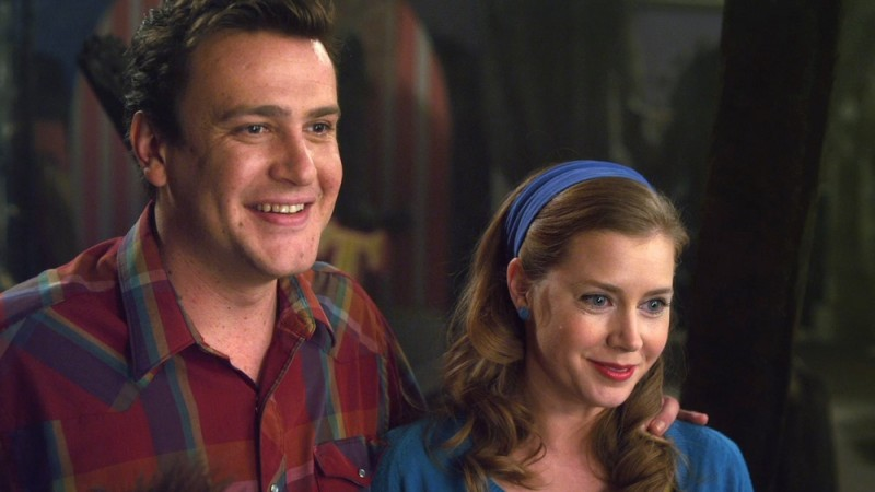 I Muppet: Jason Segel e Amy Adams sorridono in una scena del film