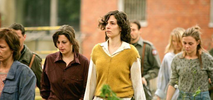 In the Land of Blood and Honey: Zana Marjanovic (al centro) in una scena del film