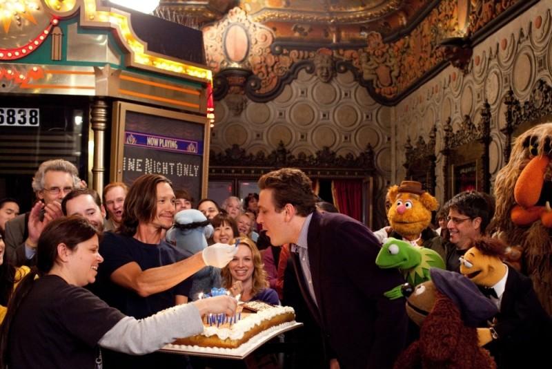 Jason Segel festeggia il compleanno nel Muppet nello storico Muppet Theater in una scena del film