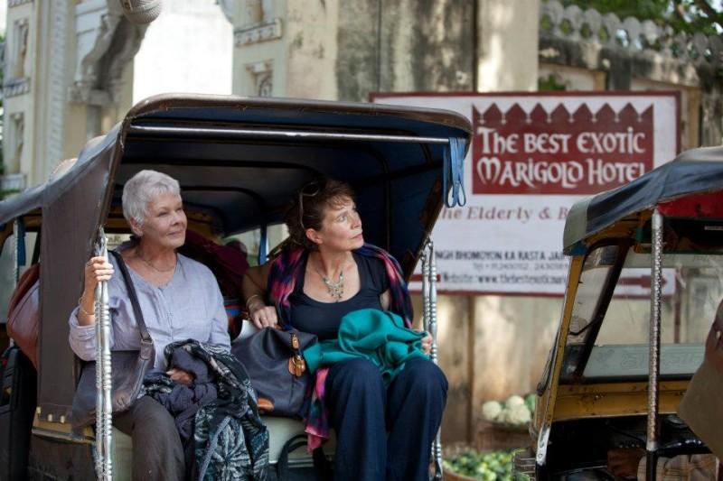Marigold Hotel: Judi Dench insieme a Celia Imrie in una scena del film