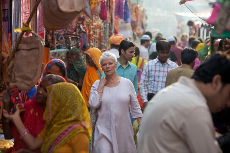 Marigold Hotel: Judi Dench tra la coloratissima folla in una scena del film