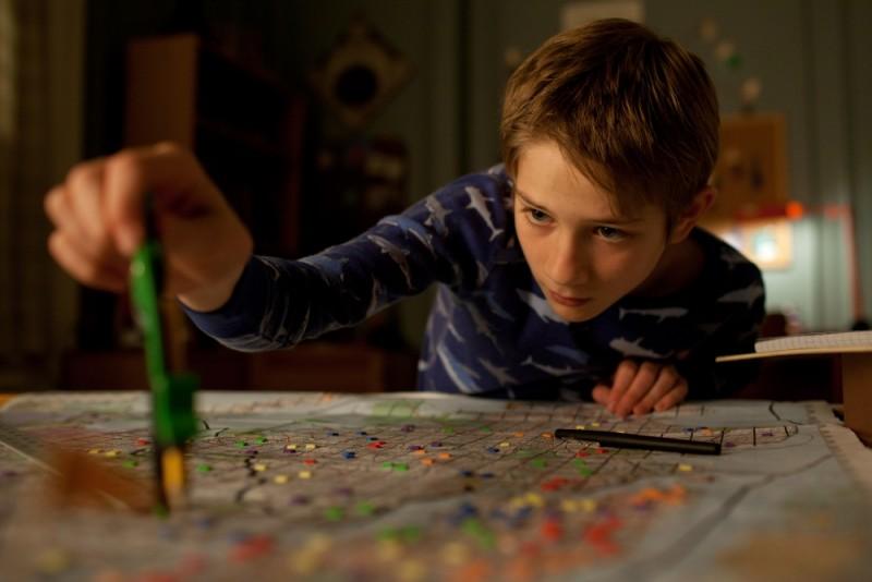 Thomas Horn in Molto forte, incredibilmente vicino studia la sua mappa del tesoro