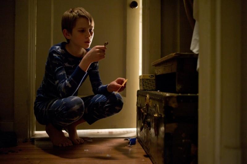 Thomas Horn in una scena del film Molto forte, incredibilmente vicino con una delle sue chiavi del mistero