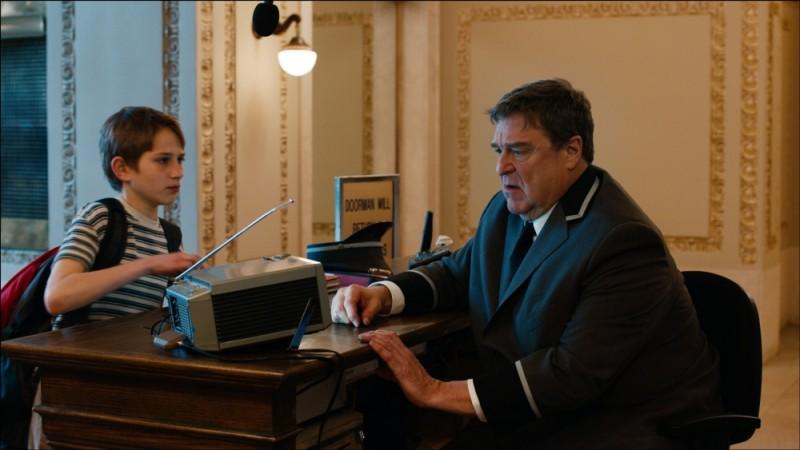 Thomas Horn in una scena di Molto forte, incredibilmente vicino insieme a John Goodman