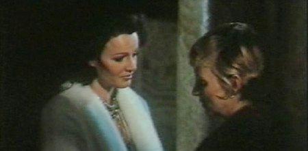 Eva Czemerys con Lucretia Love in una scena de L'assassino ha riservato nove poltrone