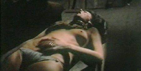 Eva Czemerys in una violenta sequenza del film L'assassino ha riservato nove poltrone