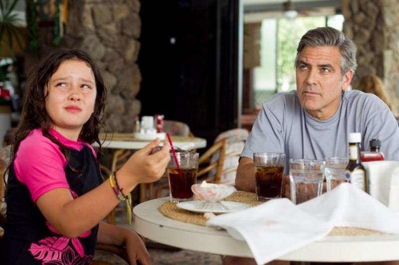 George Clooney con la piccola Amara Miller in una scena del film Paradiso amaro