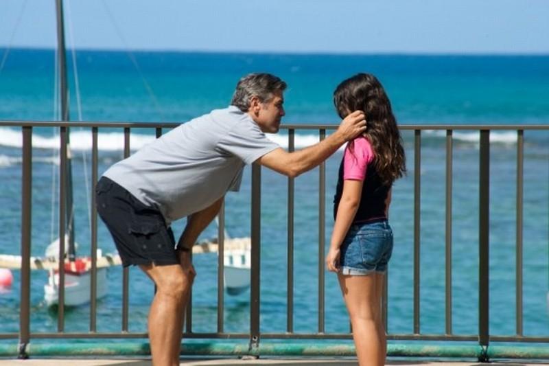 George Clooney consola la piccola Amara Miller in una scena del film Paradiso amaro