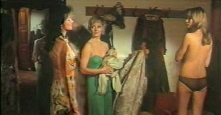 L'assassino ha riservato nove poltrone: Eva Czemerys con Lucretia Love e Janet Agren