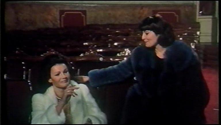 L'assassino ha riservato nove poltrone: Eva Czemerys e Rosanna Schiaffino in una scena del film
