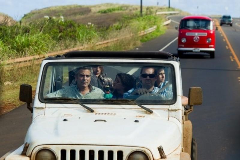 Paradiso amaro: George Clooney con la famiglia in macchina in giro per le Hawaii