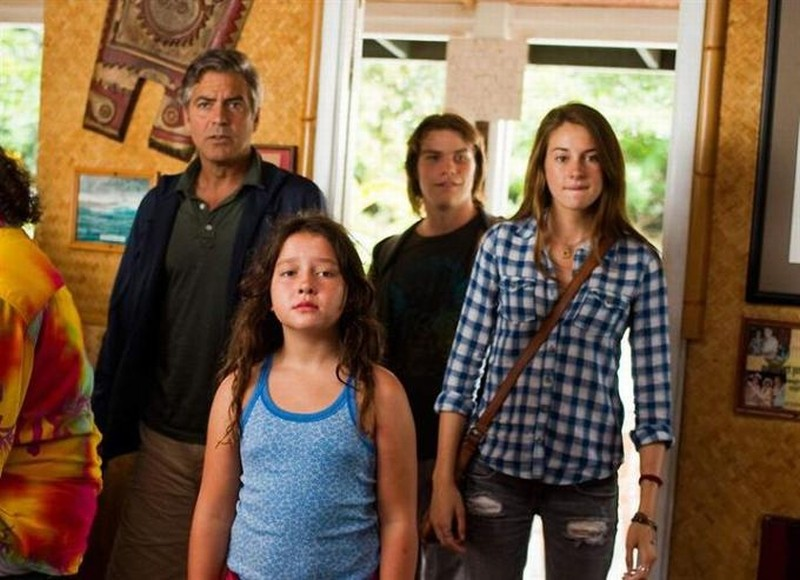 Paradiso amaro: George Clooney, Shailene Woodley, Nick Krause, Amara Miller in una scena del film