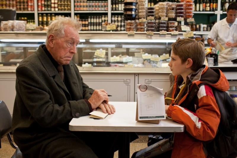 Thomas Horn e Max von Sydow in una tavola calda in un'immagine del film Molto forte, incredibilmente vicino