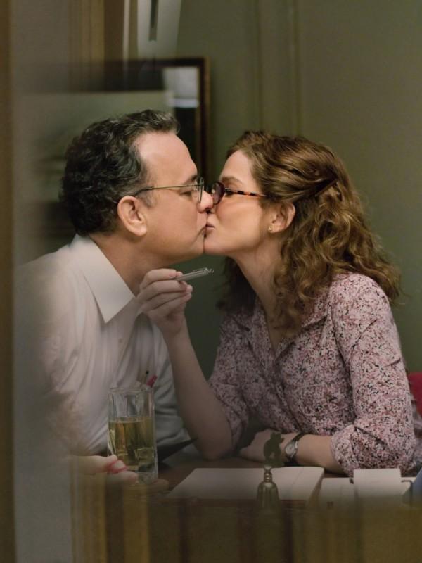 Tom Hanks e Sandra Bullock si baciano in una scena del film Molto forte, incredibilmente vicino