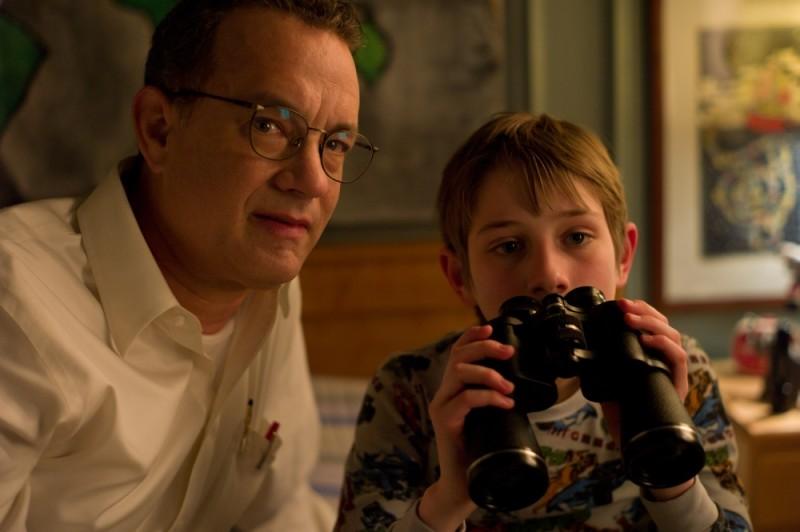 Tom Hanks insieme a Thomas Horn col binocolo in una scena di Molto forte, incredibilmente vicino