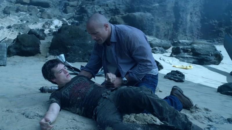 Viaggio nell'isola misteriosa: Dwayne Johnson aiuta Josh Hutcherson a rialzarsi in una scena del film
