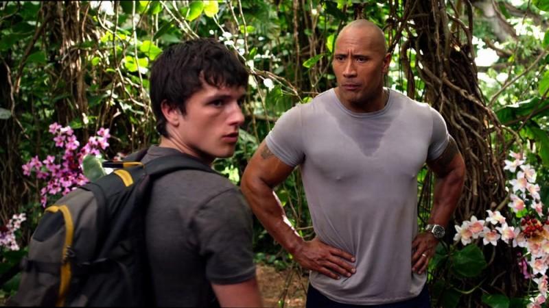 Viaggio nell'isola misteriosa: Dwayne Johnson e Josh Hutcherson parlano animatamente in una scena del film