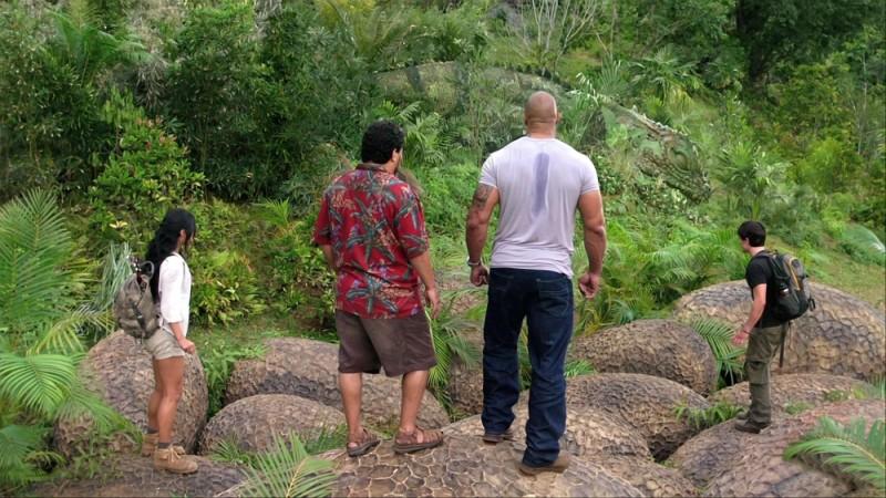 Viaggio nell'isola misteriosa: i quattro protagonisti dell'avventura in una calpestano delle uova giganti in una scena del film