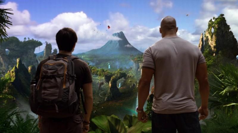 Viaggio nell'isola misteriosa: Josh Hutcherson e Dwayne Johnson di spalle guardano il panorama dell'isola misteriosa
