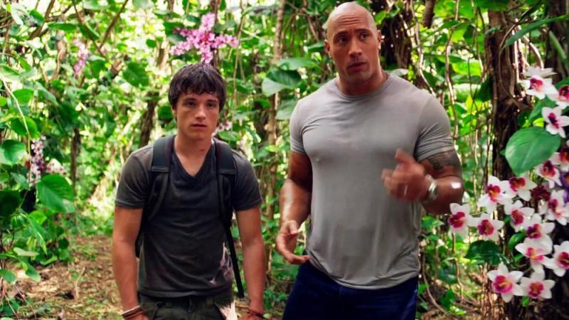 Viaggio nell'isola misteriosa: Josh Hutcherson e Dwayne Johnson tra le orchidee in una scena del film
