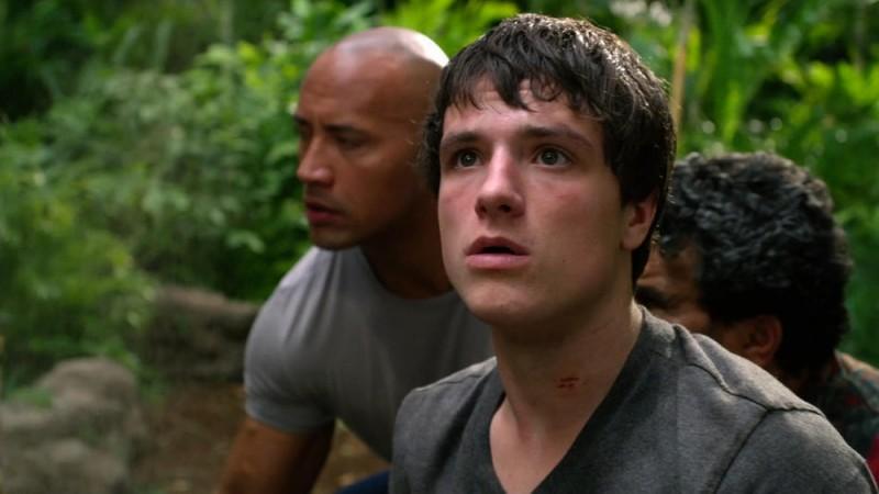 Viaggio nell'isola misteriosa: Josh Hutcherson in una scena del film guarda incredulo verso il cielo