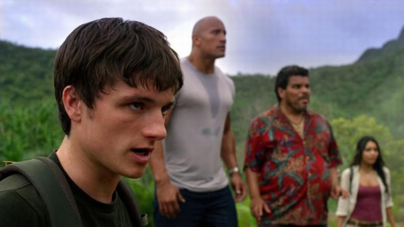 Viaggio nell'isola misteriosa: Josh Hutcherson in una scena del film con i suoi compagni di viaggio guarda incredulo verso il cielo