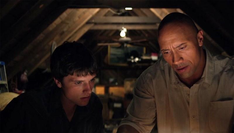 Viaggio nell'isola misteriosa: Josh Hutcherson insieme a Dwayne Johnson in una scena del film