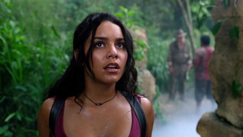 Viaggio nell'isola misteriosa: Vanessa Hudgens guarda il cielo esterrefatta in una scena del film