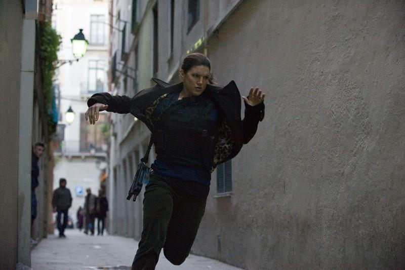 Gina Carano in fuga in una scena di Knockout - Resa dei conti