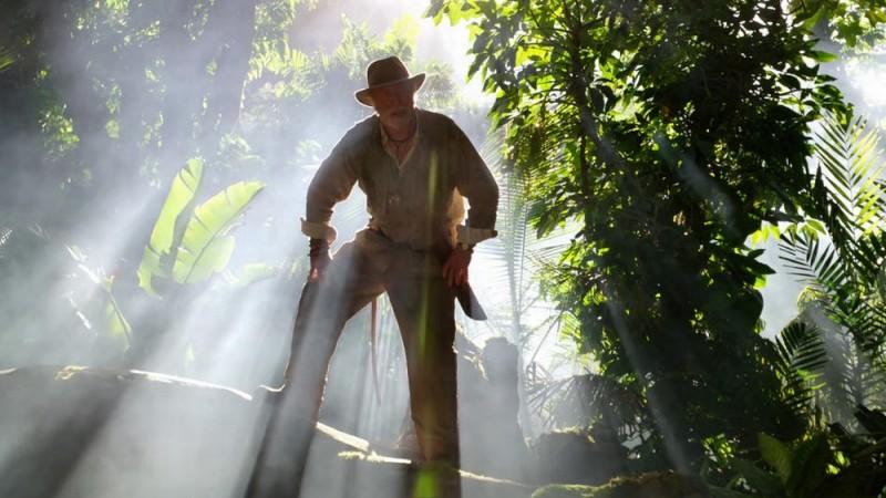 Michael Caine in una scena del film Viaggio nell'isola misteriosa