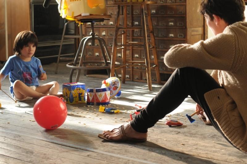 Tilda Swinton col piccolo Rock Duer in una scena di E ora parliamo di Kevin