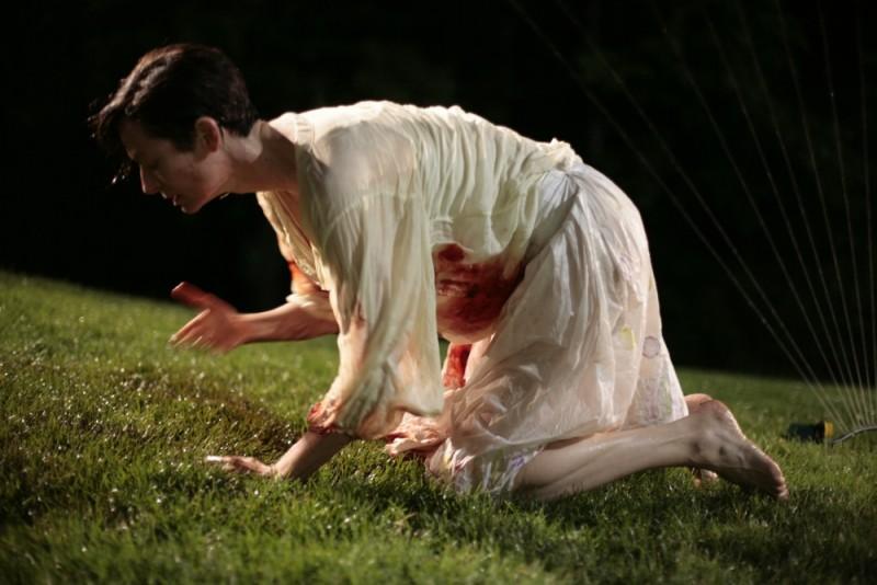 Tilda Swinton insanguinata in una drammatica scena del film E ora parliamo di Kevin