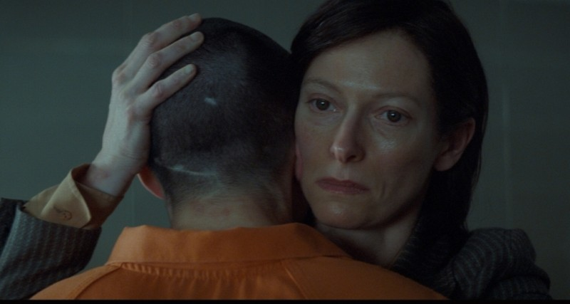 Tilda Swinton insieme a Ezra Miller in una scena di E ora parliamo di Kevin