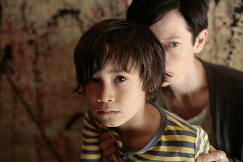 Tilda Swinton insieme al piccolo Jasper Newell in una scena di E ora parliamo di Kevin