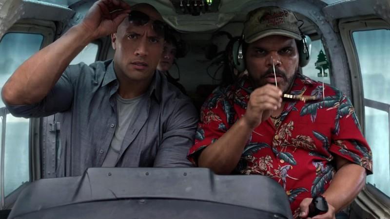 Viaggio nell'isola misteriosa: Dwayne Johnson e Luis Guzmàn in una scena del film a bordo di un elicottero