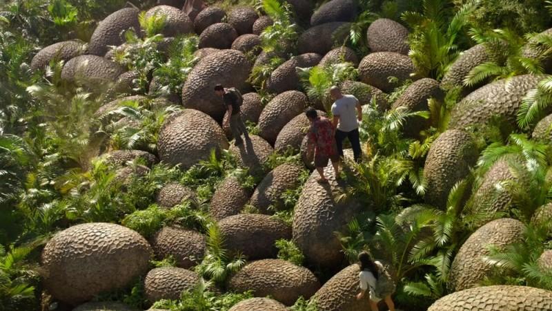 Viaggio nell'isola misteriosa: i protagonisti camminano su delle uova giganti in una scena del film