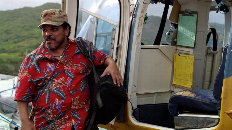 Viaggio nell'isola misteriosa: Luis Guzmàn con la sua esotica camicia in una scena del film