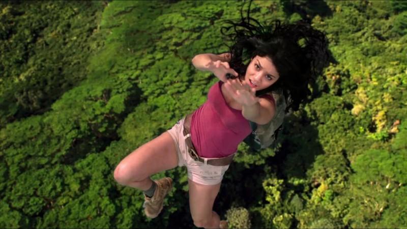 Viaggio nell'isola misteriosa: Vanessa Hudgens in caduta libera in una scena del film