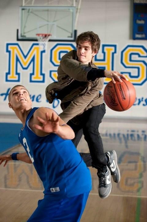 Andrew Garfield sfodera le sue qualità atletiche in un contrasto mentre gioca a basket in The Amazing Spider-Man