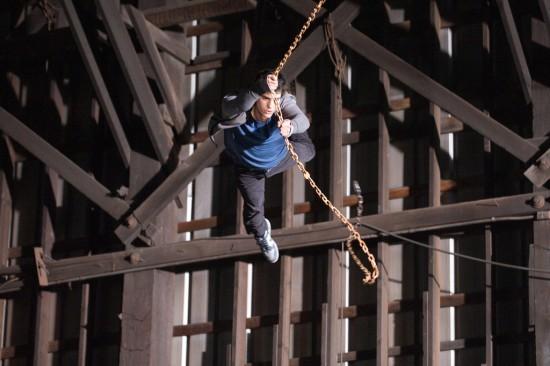 Andrew Garfield, stavolta senza costume, si lancia nel vuoto in una scena action di The Amazing Spider-Man